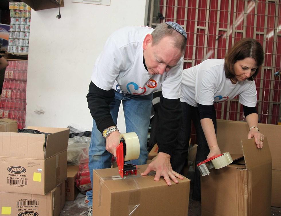 מתנדבים אורזים חבילות לנזקקים  ()