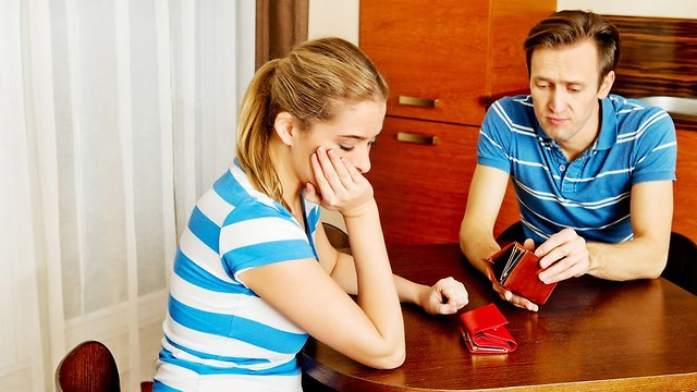 זוג ללא כסף יושב בבית קפה (צילום: Shutterstock)