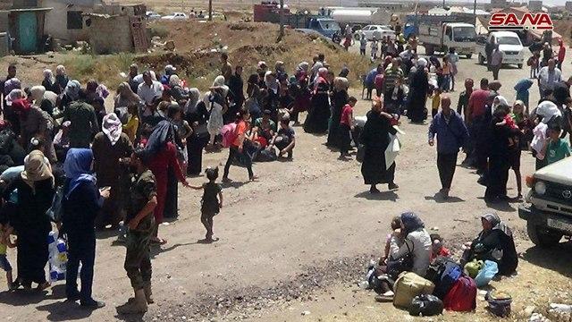 פליטים יוצאים מאזור דרעא לקבלת סיוע הומניטרי ()