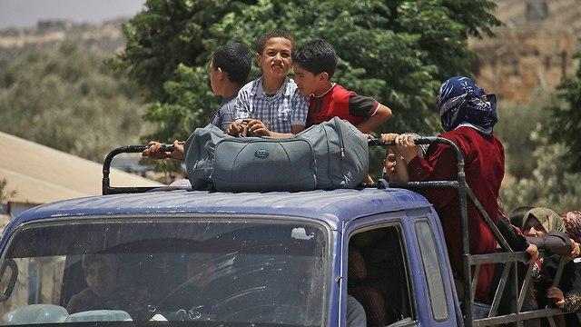 תושבים בורחים מ דרעא דרום סוריה (צילום: AFP)
