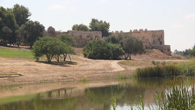 מבצר אנטיפטרוס (צילום: Gilad Pearl, מתוך ויקיפדיה)