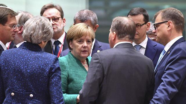 אנגלה מרקל ומנהיגים (צילום: AP)