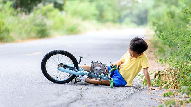 ילד שנפצע ברכיבה על אופניים (צילום: shutterstock)