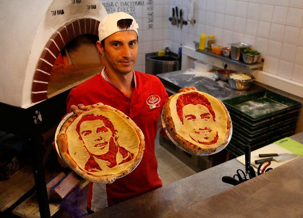 הפרצופים של כריסטיאנו רונאלדו ולואיס סוארס על פיצות (צילום: רויטרס)