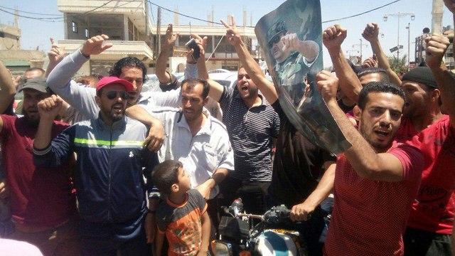 אנשי העיירה דעל בדראח הכפריים מברכים את הצבא הערבי הסורי ()