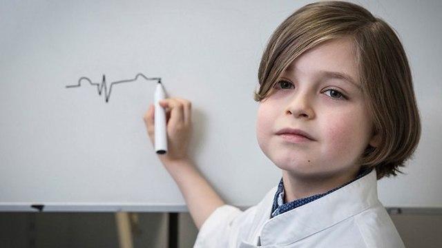 לורן סימונס ילד בן שמונה סיים תיכון ונרשם לאוניברסיטה בלגיה ()