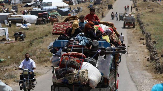 פליטים מחוז דרעא מגיעים ל מחוז קונייטרה גבול ישראל סוריה רמת הגולן תקיפות צבא אסד (צילום: רויטרס)