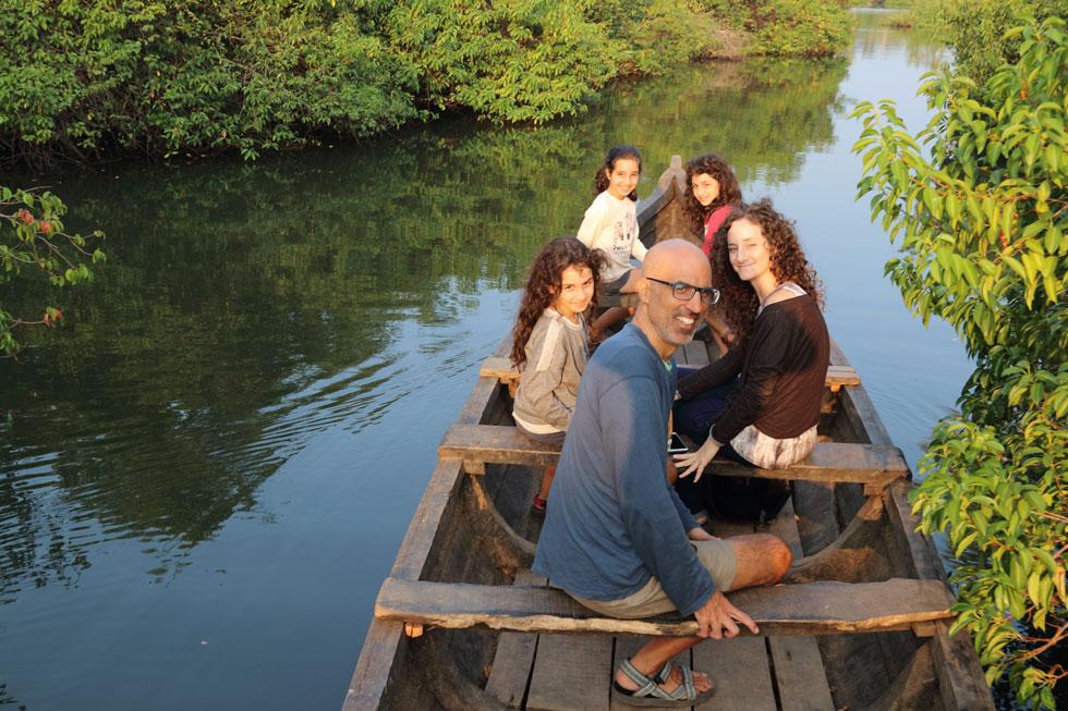 שטים בתעלות המים ליד מונרו איילנד. אלי ואירית. והבנות מימין לשמאל: תמר, עופרי, יובל (צילום: אירית נצר קאופמן)