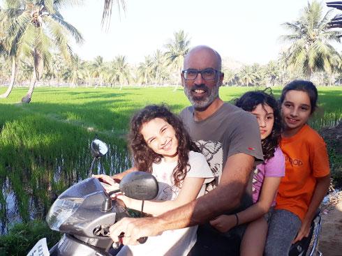 עופרי, תמר, אלי ויובל בהאמפי (Hampi), על הקטנוע בין שדות האורז (צילום: אירית נצר קאופמן)