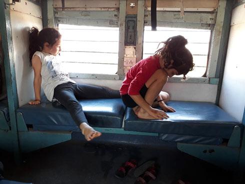 תמר ויובל, בנסיעת רכבת אינסופית מג'איסאלמר לפושקר (צילום: אירית נצר קאופמן)