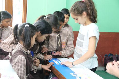 עופרי. כחלק מההתנדבות בכפר גאוצ'ר, מעבירים בכל בוקר פעילות מתמטית בבית ספר יסודי בכפר (צילום: אירית נצר קאופמן)
