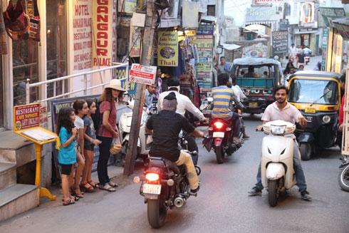 אירית, יובל, עופרי ותמר - מנסות לחצות את הרחוב בעיר אודייפור (צילום: אירית נצר קאופמן)