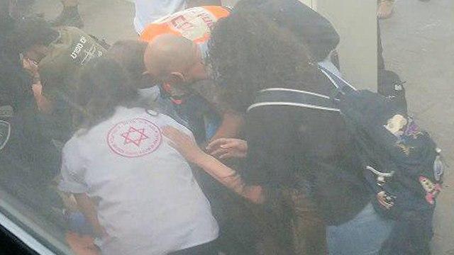 טיפול בחייל פצוע פליטת כדור בתחנת רכבת אוניברסיטה ()