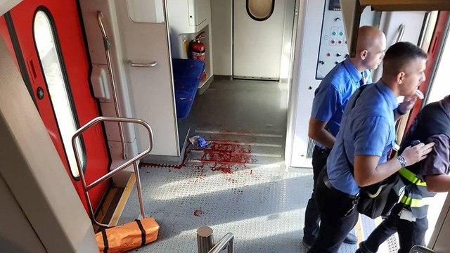 טיפול בחייל פצוע פליטת כדור בתחנת רכבת אוניברסיטה (צילום: אופק קליימן)