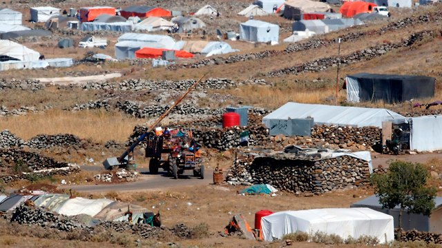 פליטים מחוז דרעא מגיעים ל מחוז קונייטרה גבול ישראל סוריה רמת הגולן תקיפות צבא אסד (צילום: AFP)