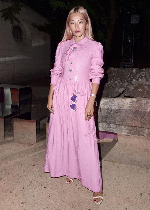 מה לבשו האורחות לתצוגת הקרוז של גוצ'י? נכון, גוצ'י. הבלוגרית טינה לנג בשמלת מקסי של המותג (צילום: Jacopo Raule/GettyimagesIL)