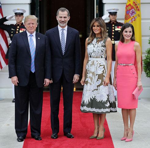 גם לטיסיה מלכת ספרד בחרה בוורוד לפגישה עם מלניה טראמפ. בשמלה של מייקל קורס (צילום: Chip Somodevilla/GettyimagesIL)