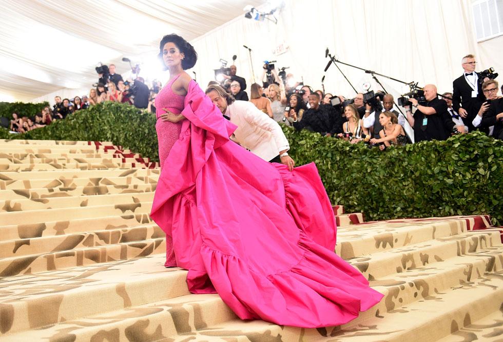 ורוד פוקסיה עוצמתי שממנו לא ניתן להתעלם. השחקנית טרייסי אליס בעיצוב של מייקל קורס (צילום: Jason Kempin/GettyimagesIL)
