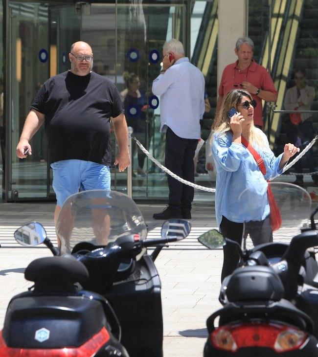 """""""אני מסבירה לך, אני לובשת חולצה תכלת ומכנסיים שחורים ובעלי לובש חולצה שחורה ומכנסיים תכלת"""" (צילום: מוטי לבטון)"""