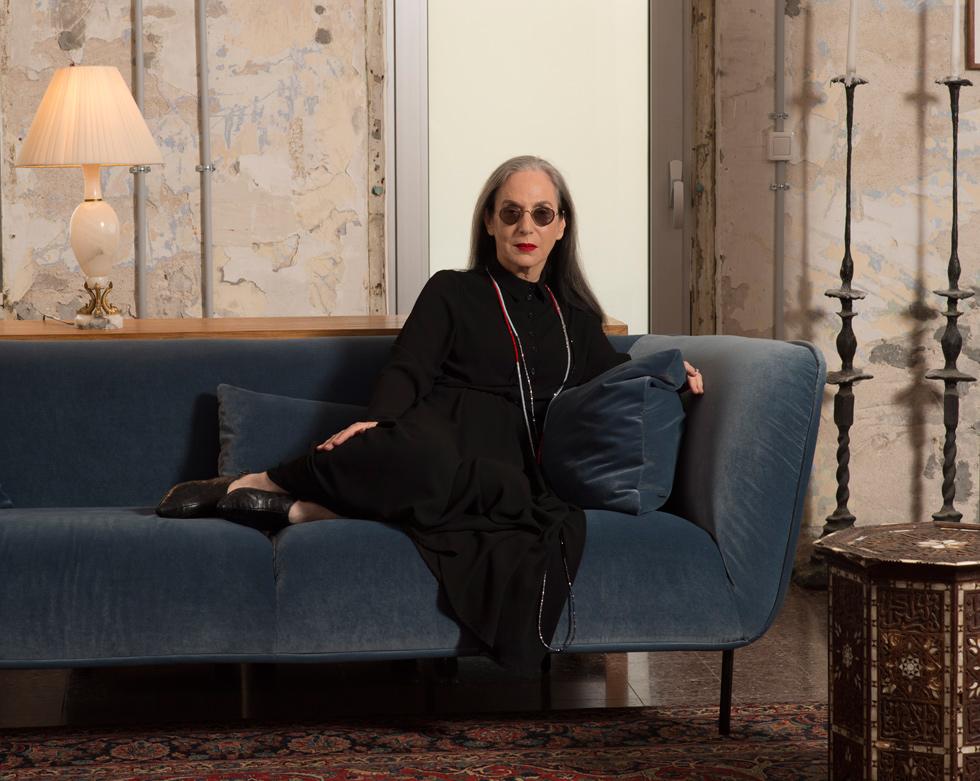 """""""אומרים לי שאני תמיד לובשת שחור, ועם אותם משקפיים ואותו ליפסטיק אדום - אולי כי אתם עיוורי צבעים? הופעה של אישה היא בניואנסים. יש הרבה גווני שחור, ובכלל שחור זה צבע נשגב בעיניי"""". דורין פרנקפורט בביתה (צילום: יובל חן)"""