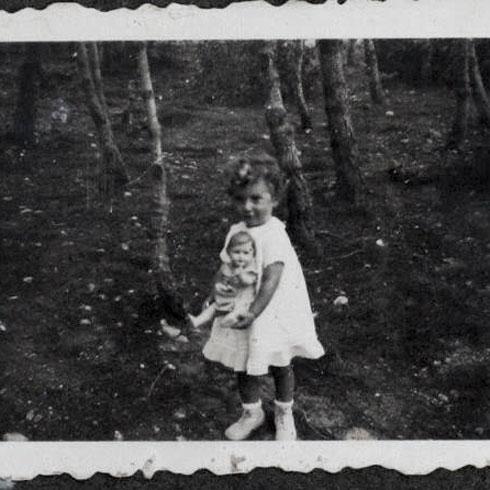 """נורית והבובה שלה.  """"הפריע לנורית שהיא יצאה פחדנית, בעוד שהיא לא פחדה מחושך"""" (צילום: אלבום פרטי)"""