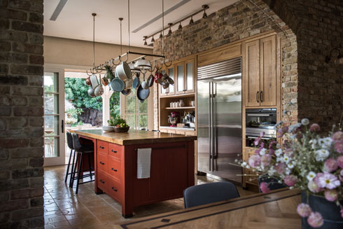 האי במטבח משמש לעבודה ולישיבה (צילום: גלעד רדט)