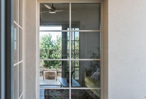 זגוגיות החלונות והדלתות מחולקות לריבועים (צילום: גלעד רדט)