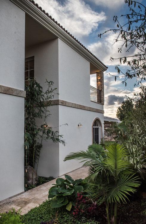 צד הבית. במרכז תוכנן פטיו עם צמחייה  (צילום: גלעד רדט)