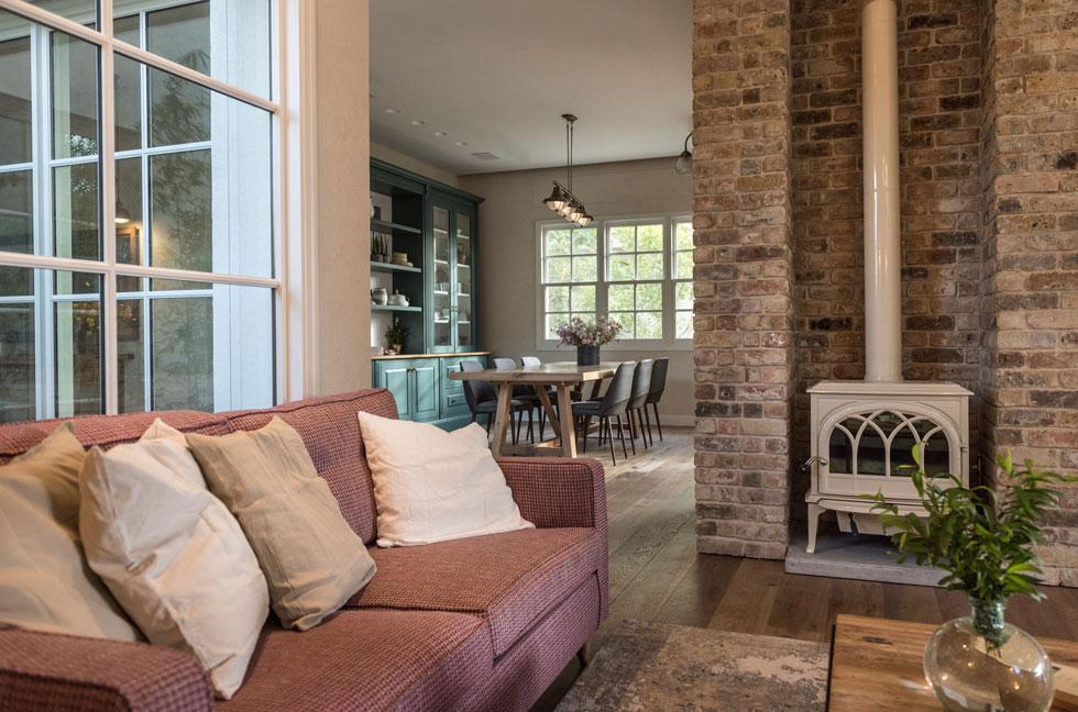 מבט מהסלון אל פינת האוכל. הבית כולו, למעט המטבח וחדרי הרחצה, חופה בפרקט (צילום: גלעד רדט)