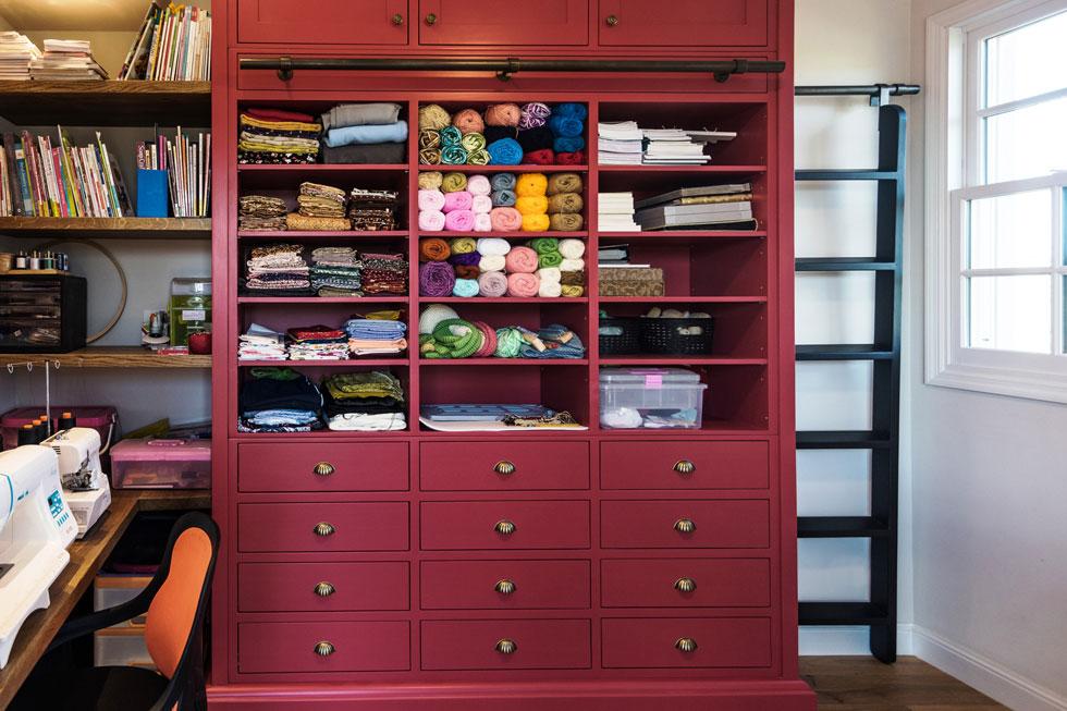 חדר העבודה והתפירה של אם המשפחה תוכנן במדויק על פי הגדרתה וצרכיה. בולט בו במיוחד הארון האדום  (צילום: גלעד רדט)
