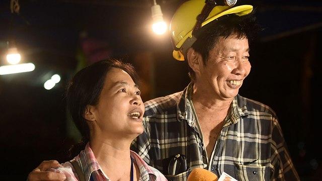 בני משפחה של הנערים הכדורגלנים שנמצאו חיים במערה ב תאילנד (צילום: AFP)