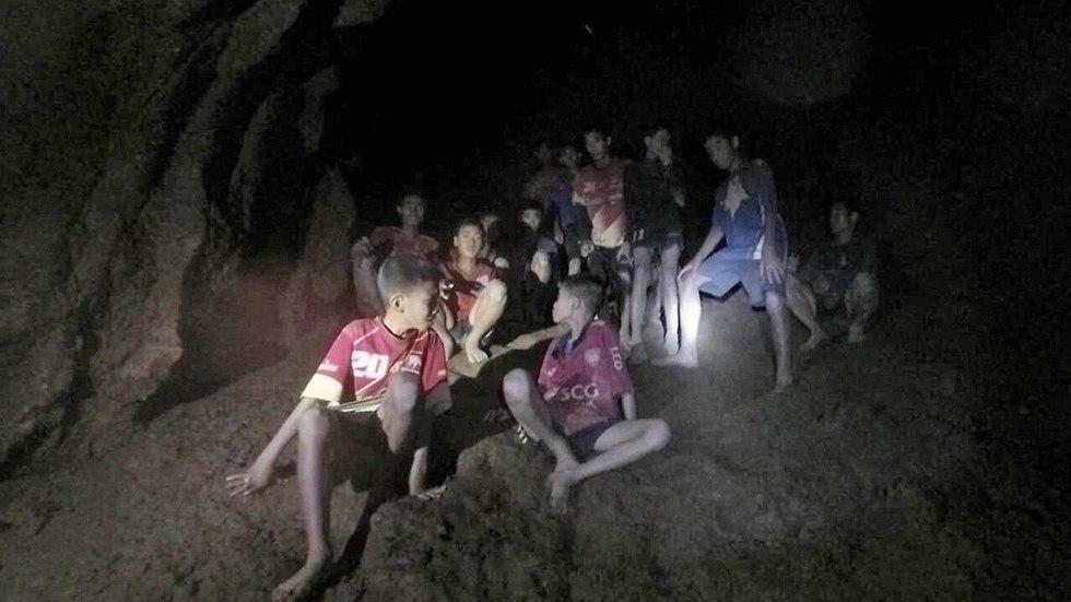 חילוץ הנערים שנמצאו במערה ב תאילנד (צילום: EPA)