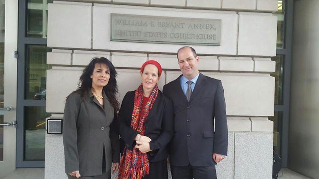 הורי נפתלי פרנקל אבי רחלי פרנקל ניצנה דרשן לייטנר בבית משפט אמריקני ()