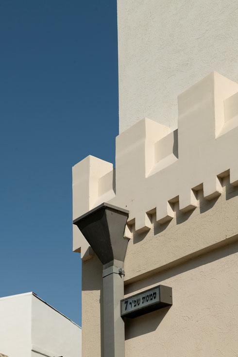 השיניות של הבניין, שתכנן האדריכל יוסף טישלר (צילום: גדעון לוין)