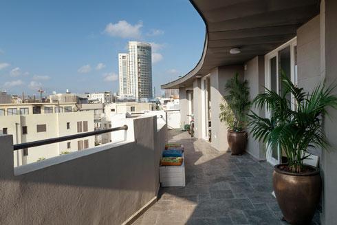 המרפסת מלווה את קו החזית המעוגל (צילום: גדעון לוין)