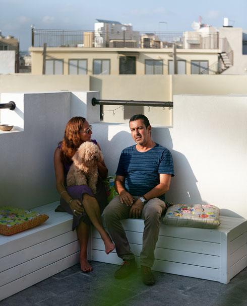 מארק אסדו ודבי קלמנוביץ במרפסת הדירה (צילום: גדעון לוין)