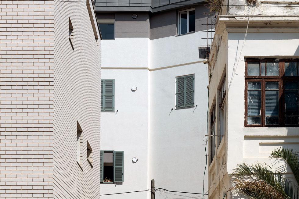 עבר והווה בסמטת שפ''ר. ''הדירות בבניינים לשימור מלאות נשמה'', אומר האדריכל אמיר פלג, שלא יכול להרשות לעצמו דירה כזו (צילום: גדעון לוין)
