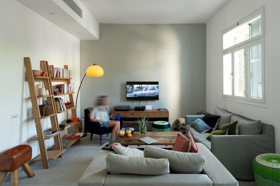 מעל אליס מתגוררות מעצבת האופנה אתי צאיג ובתה. ''חיפשתי דירה עם אינטימיות'', מספרת צאיג, שנהנית מהעירוניות סביב הסמטה, מהשוק ומהים (צילום: גדעון לוין)