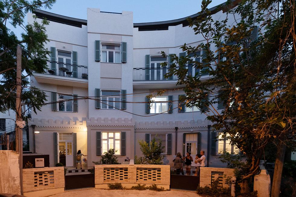 הבניין מואר. פרויקט של קבוצת יזמים יהודים-צרפתים, שקיבלו אישור לחפור בקרקע ולבנות ארבע קומות מעל מרתף מגורים (צילום: גדעון לוין)