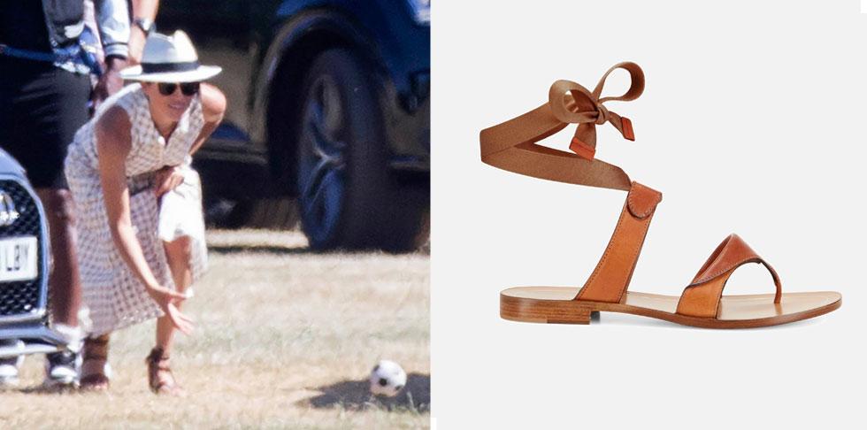"""בזמן שכוכבות די-ליסטיות חוששות להיראות עם אותו תיק או נעליים יותר מפעם אחת, מרקל לימדה אותנו את חדוות החרישה על סנדלי אצבע של המעצבת שרה פלינט, ששולבו במלבושיה שוב ושוב הפכו בעקבותיה ל""""סולד אאוט""""  (צילום: rex/asap creative ומתוך sarahflint.com)"""