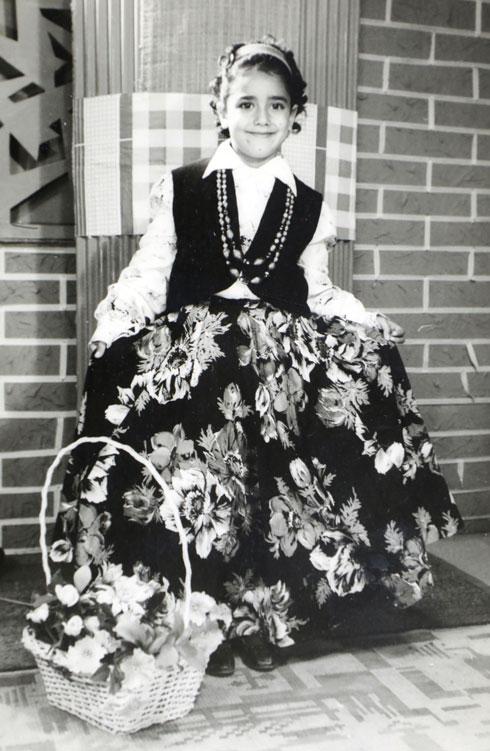 """גלאון בילדותה. """"גדלתי אבודה"""" (צילום רפרודוקציה: דנה קופל)"""