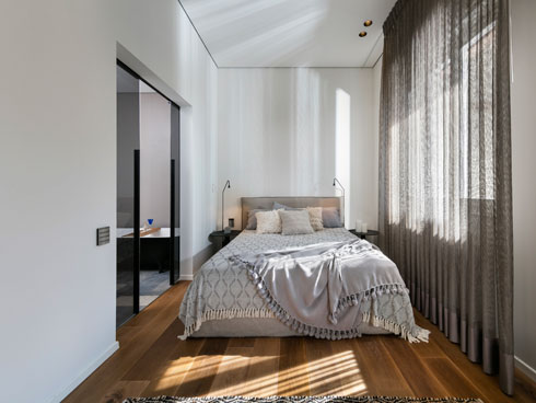 הווילונות בכל הדירה בגוון נחושת (צילום: אלעד גונן)
