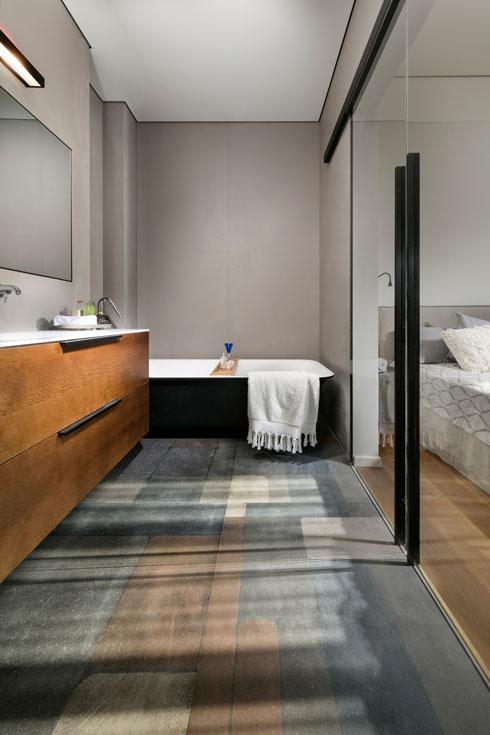 אמבטיה על רגליים צמודה לקיר ומוסתרת מחלונות חדר השינה (צילום: אלעד גונן)