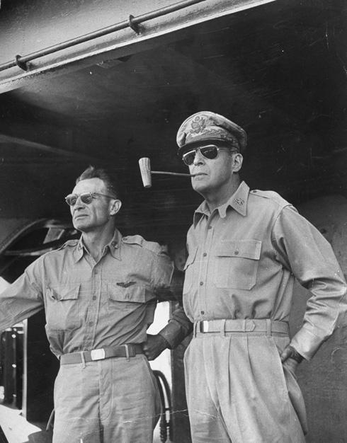 81 שנים של מראה קולי. גנרל מקארתור ומשקפי הטייסים