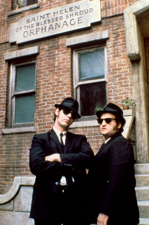 """המשקפיים מעניקים לפנים מנה הגונה של פאסון, אבל מאפשרים לאישיות להתבטא דרכם. """"האחים בלוז"""""""