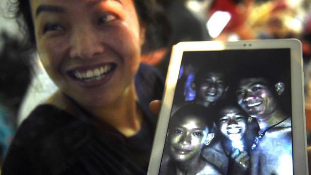 קרובי משפחה מחכים לחדשות בזירת האירוע (צילום: AFP)