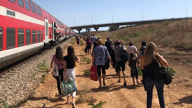 נוסעים שהורדו מהרכבת (צילום: דור)