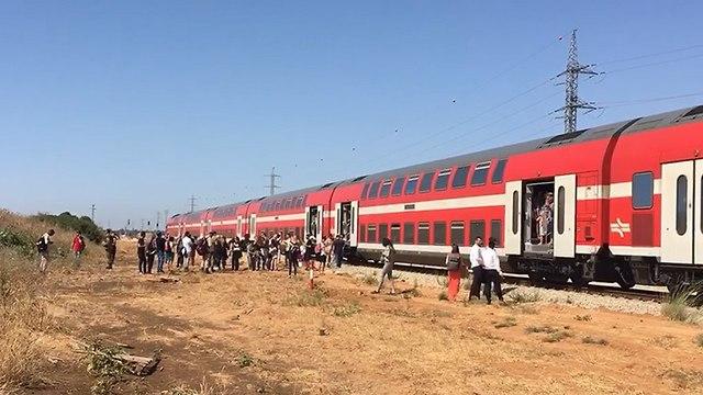 נוסעים שהורדו מהרכבת (צילום: Shmulik V)