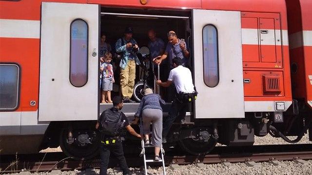 נוסעים שהורדו מהרכבת ()