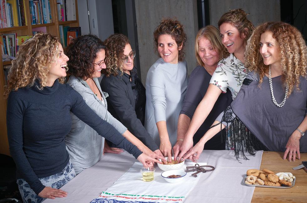 """מתוך הספר """"יא אמנא: מג'רבה לכאן, מטבח תוניסאי משפחתי""""., שבנותיה של שושנה-כהן לברן הוציאו לכבוד יום הולדתה ה-70 (צילום: יסמין ואריה צלמים)"""